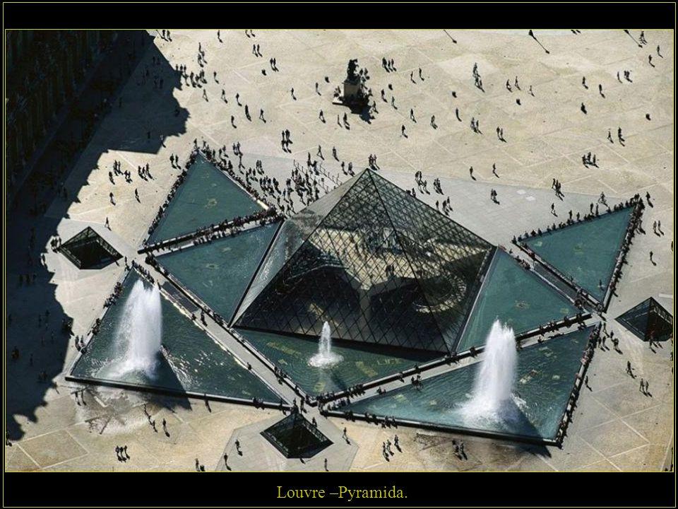 Louvre, kdysi sídlo králů, nyní jedno z největších muzeí na světě.