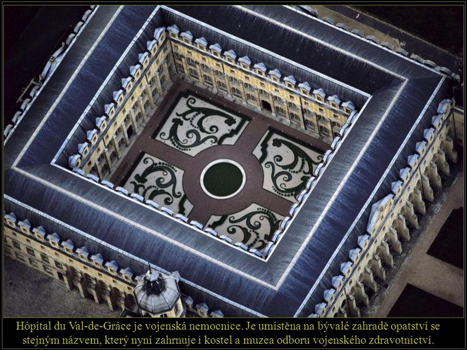 Sainte-Chapelle je gotická kaple postavena v letech 1243-1248 na přání francouzského krále Ludvíka IX. uvnitř Justičního paláce na pařížském ostrově Î