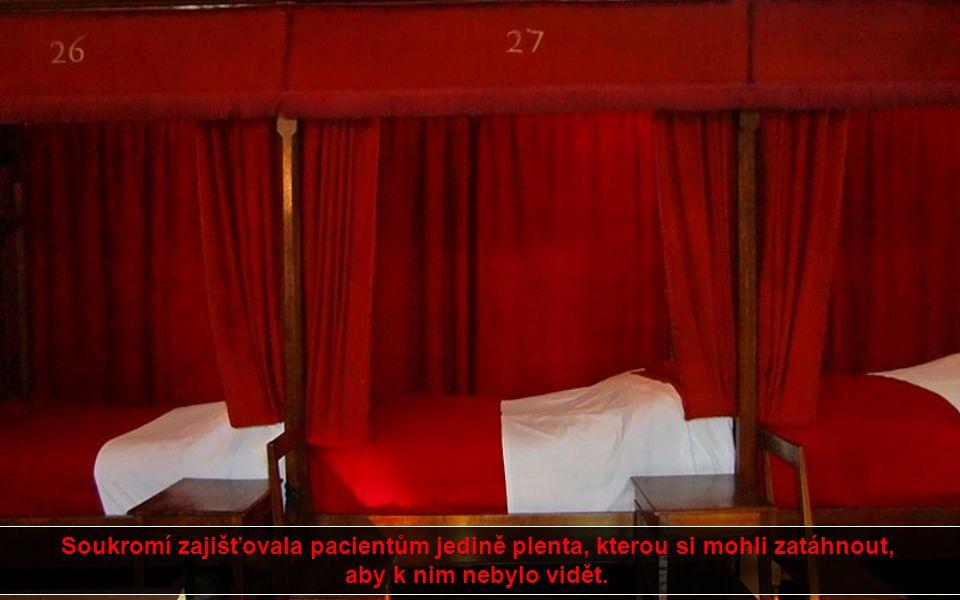 V hlavním sále chudých najdete po obou stranách místnosti dvaadvacet postelí seřazených za sebou jako ve vlaku, všechny mají červené závěsy i deky. Zř