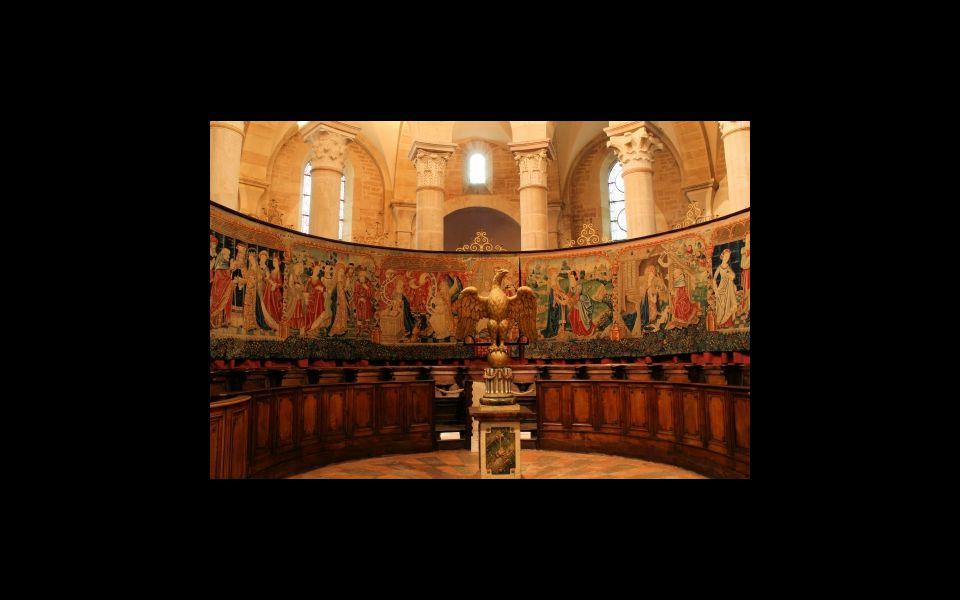 Nachází se zde mnoho nádherných tapiserií a obrazů.