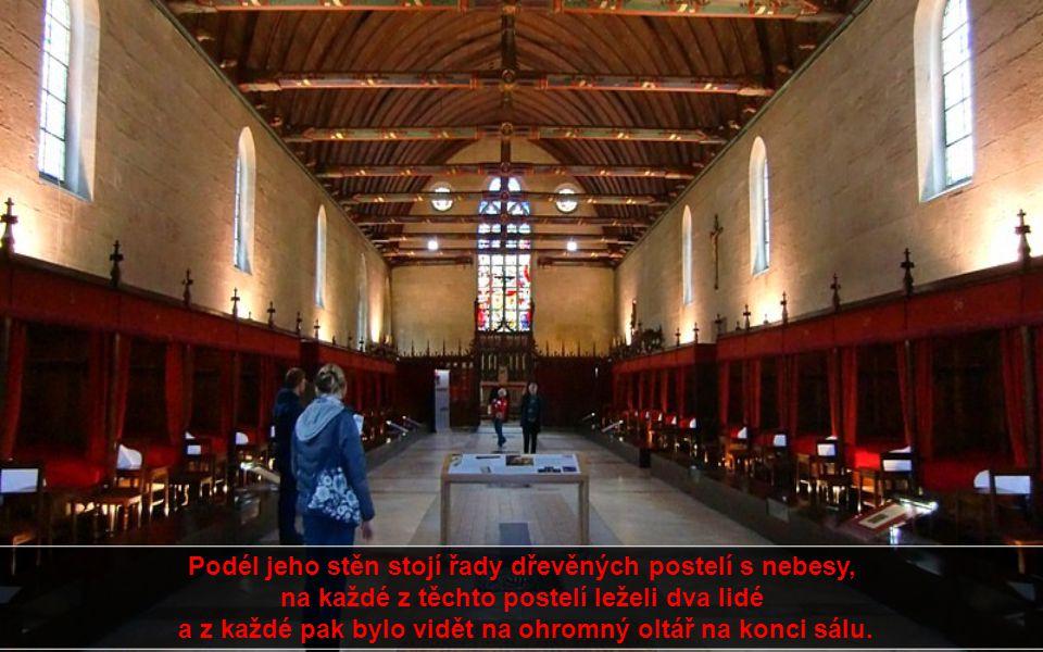 Podél jeho stěn stojí řady dřevěných postelí s nebesy, na každé z těchto postelí leželi dva lidé a z každé pak bylo vidět na ohromný oltář na konci sálu.