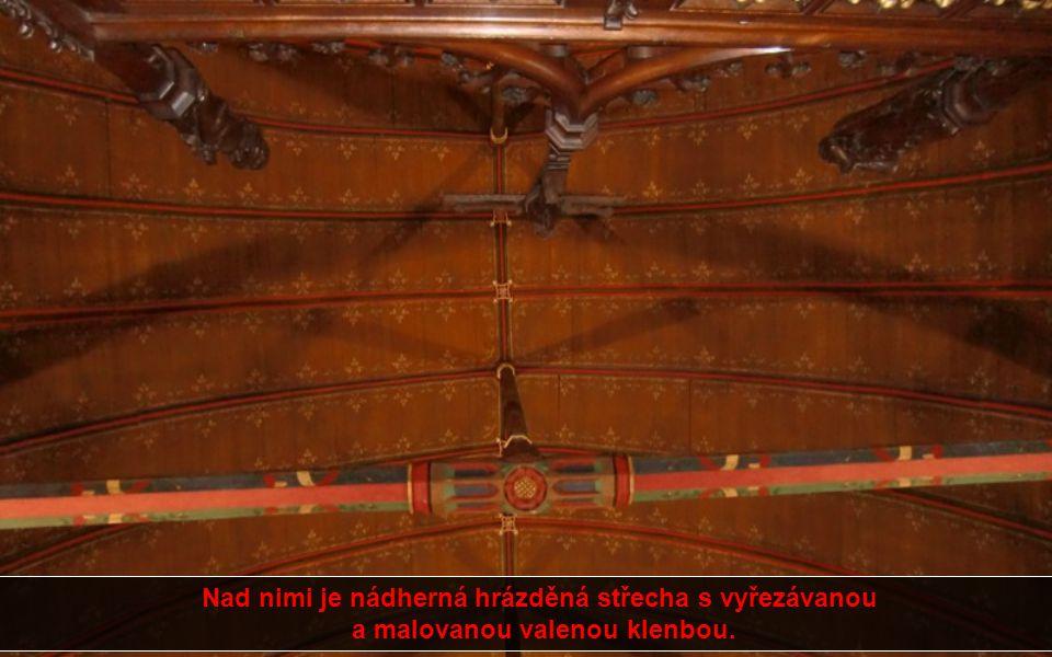 Podél jeho stěn stojí řady dřevěných postelí s nebesy, na každé z těchto postelí leželi dva lidé a z každé pak bylo vidět na ohromný oltář na konci sá