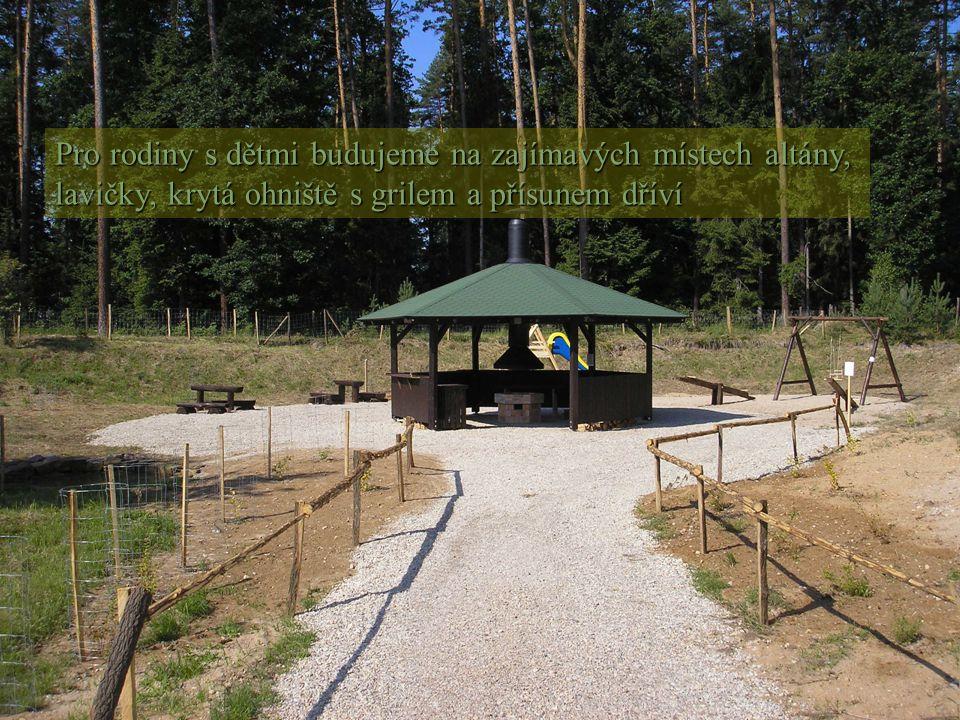 Pro rodiny s dětmi budujeme na zajímavých místech altány, lavičky, krytá ohniště s grilem a přísunem dříví
