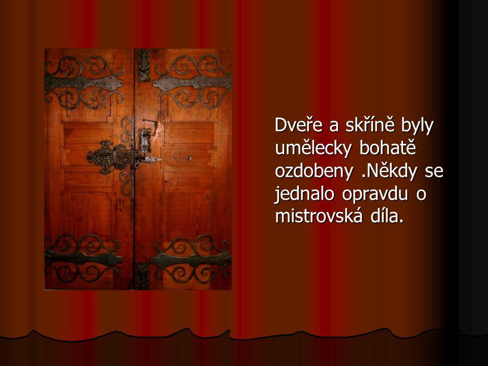 Dveře a skříně byly umělecky bohatě ozdobeny.Někdy se jednalo opravdu o mistrovská díla. Dveře a skříně byly umělecky bohatě ozdobeny.Někdy se jednalo