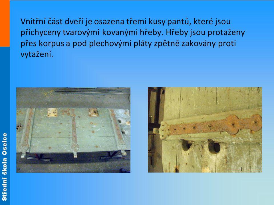 Střední škola Oselce Vnitřní část dveří je osazena třemi kusy pantů, které jsou přichyceny tvarovými kovanými hřeby.