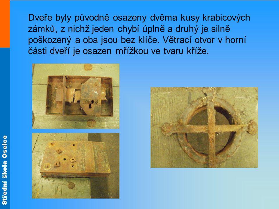 Střední škola Oselce Dveře byly původně osazeny dvěma kusy krabicových zámků, z nichž jeden chybí úplně a druhý je silně poškozený a oba jsou bez klíče.