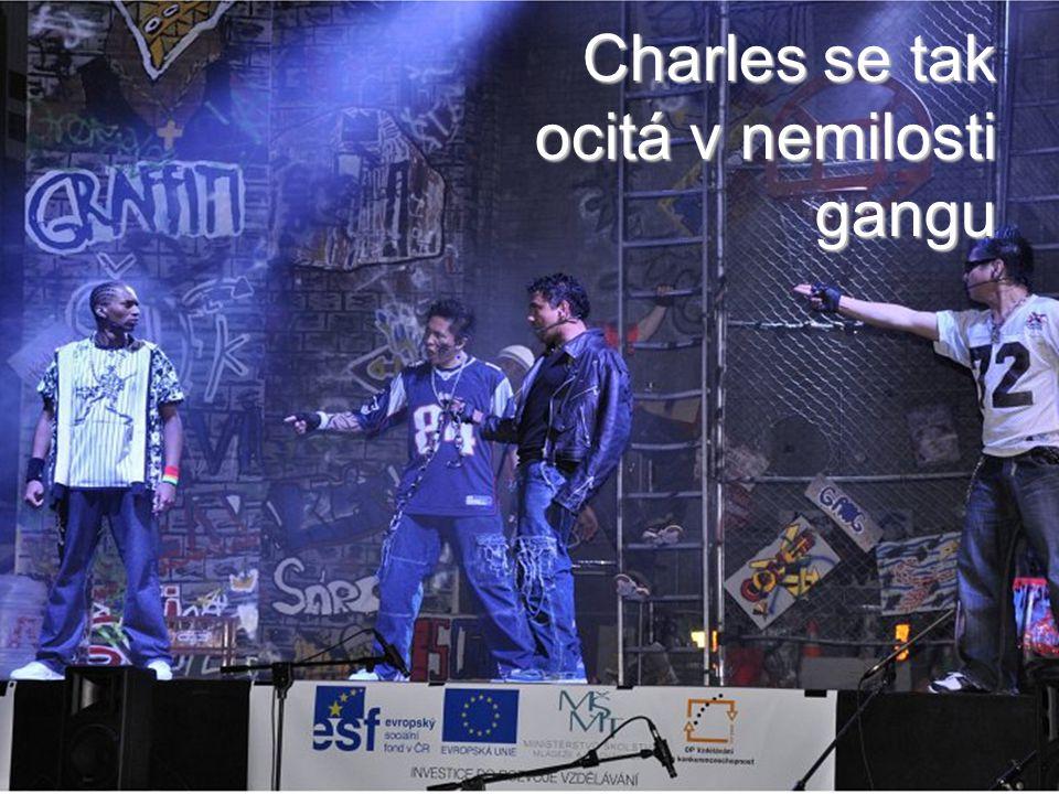 Charles se tak ocitá v nemilosti gangu