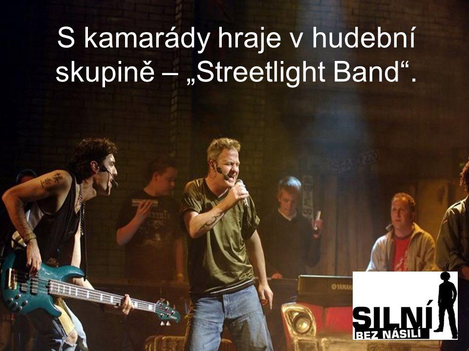 """S kamarády hraje v hudební skupině – """"Streetlight Band ."""