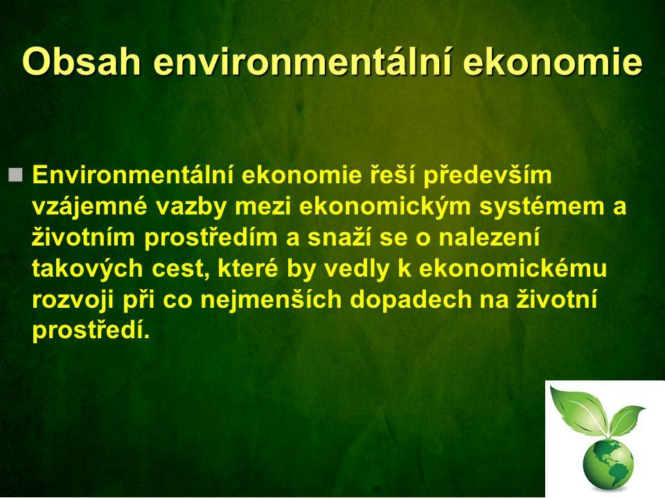 Obsah environmentální ekonomie Environmentální ekonomie řeší především vzájemné vazby mezi ekonomickým systémem a životním prostředím a snaží se o nalezení takových cest, které by vedly k ekonomickému rozvoji při co nejmenších dopadech na životní prostředí.