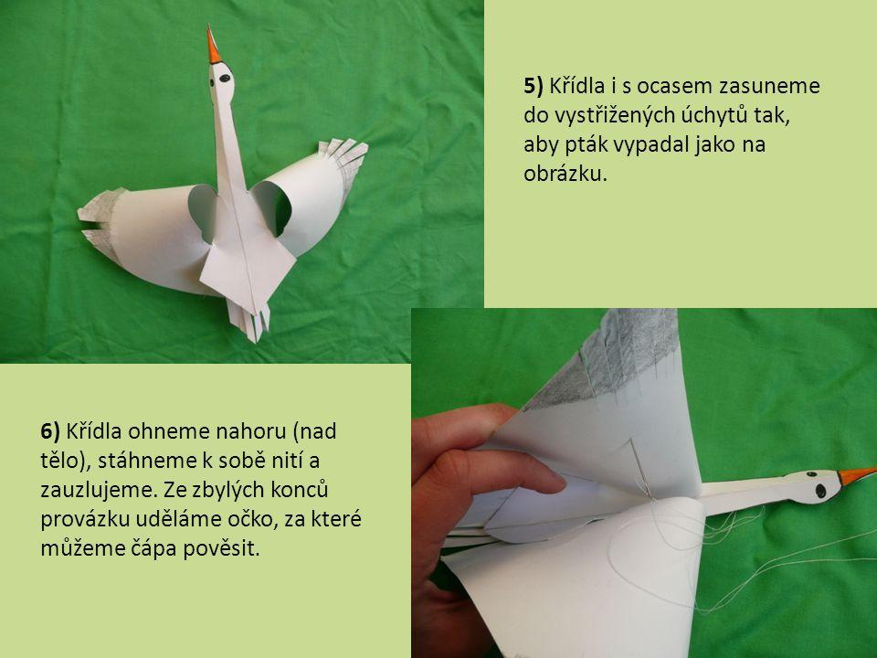 5) Křídla i s ocasem zasuneme do vystřižených úchytů tak, aby pták vypadal jako na obrázku. 6) Křídla ohneme nahoru (nad tělo), stáhneme k sobě nití a