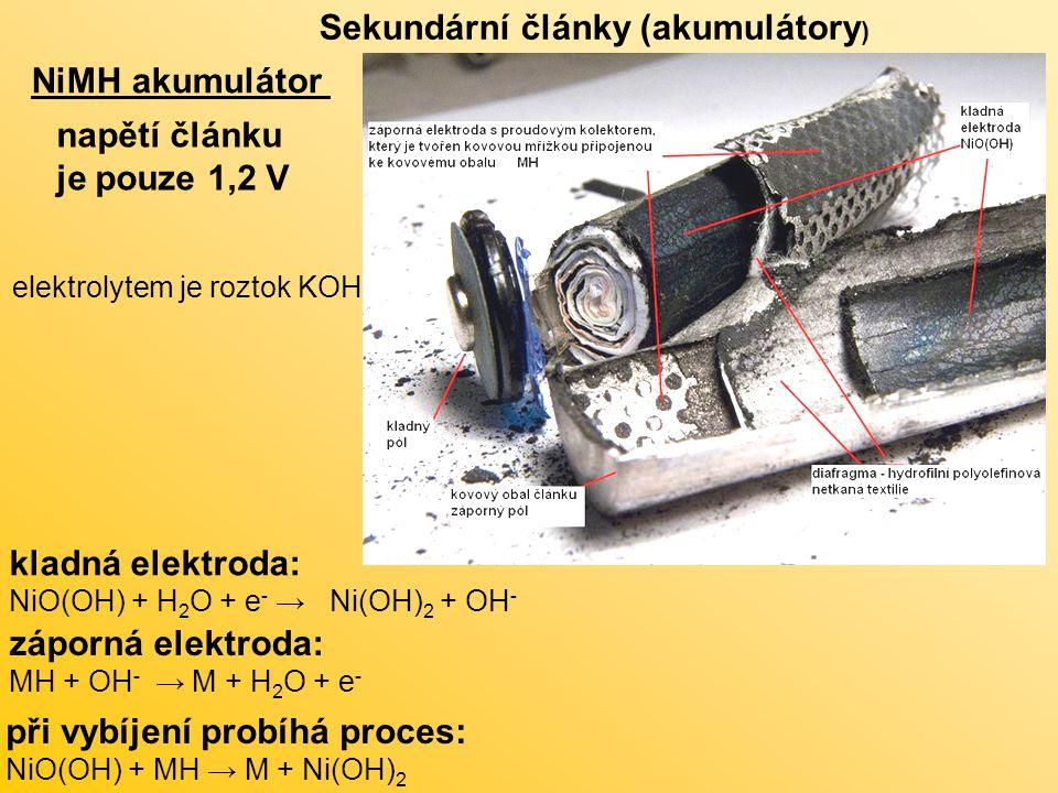 NiMH akumulátor Sekundární články (akumulátory ) napětí článku je pouze 1,2 V kladná elektroda: NiO(OH) + H 2 O + e - → Ni(OH) 2 + OH - záporná elektroda: MH + OH - → M + H 2 O + e - při vybíjení probíhá proces: NiO(OH) + MH → M + Ni(OH) 2 elektrolytem je roztok KOH