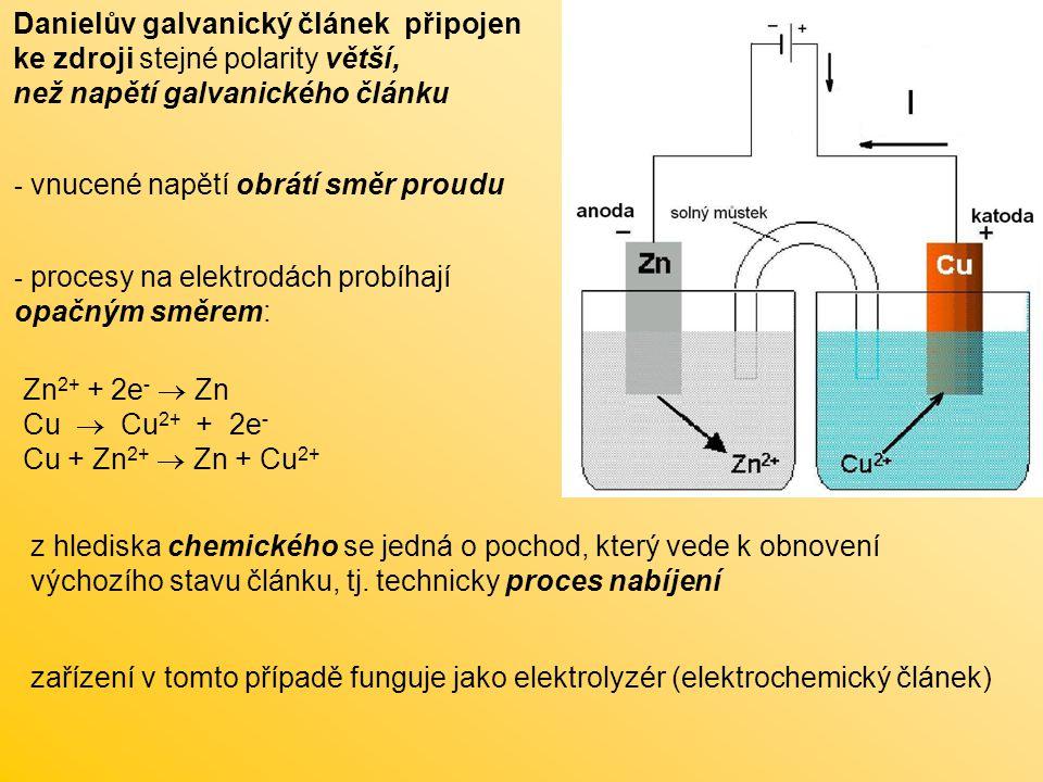 Primární články suchý článek (Leclancheův ) kladná elektroda: 2 MnO 2 + 2 H 2 O + 2e -  2 MnO(OH) + 2 OH - záporná elektroda: Zn  Zn 2+ + 2e - a dále Zn 2+ + 2 NH 4 Cl + 2 OH -  ZnCl 2 + 2 H 2 O + 2NH 3 celkový děj: Zn+ 2 MnO 2 + 2 NH 4 Cl→ ZnCl 2 + Mn 2 O 3 + 2 NH 3 + H 2 O napětí článku E = 1,5 V