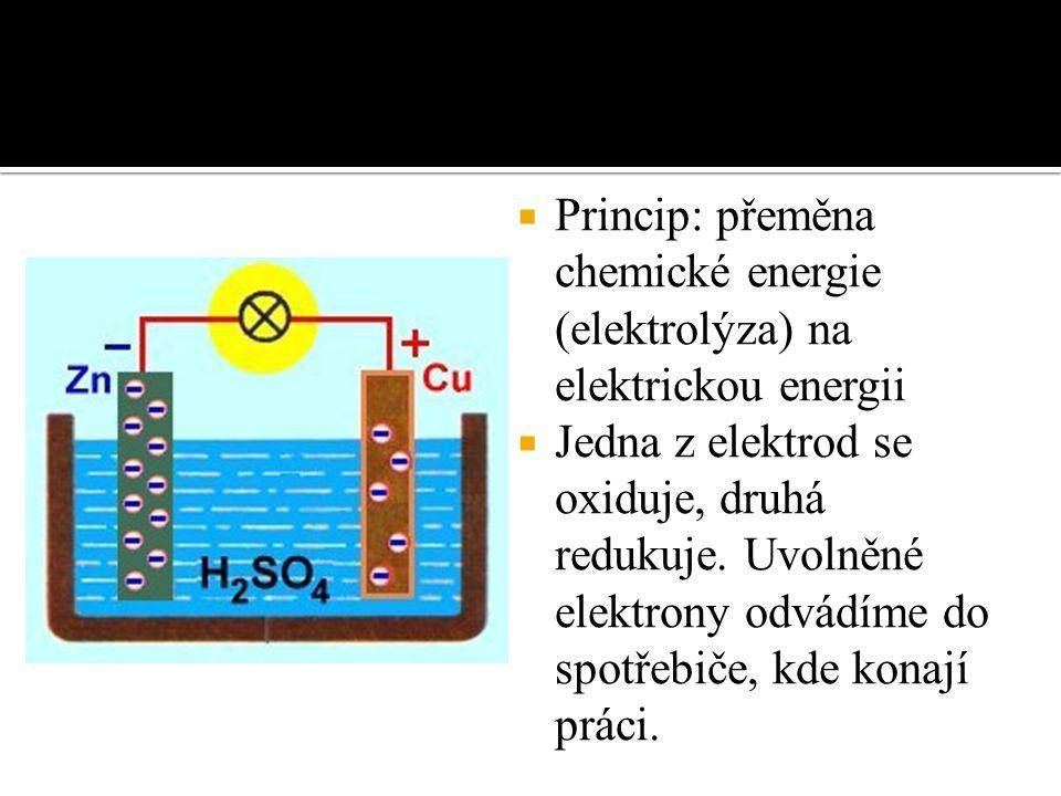  Princip: přeměna chemické energie (elektrolýza) na elektrickou energii  Jedna z elektrod se oxiduje, druhá redukuje.