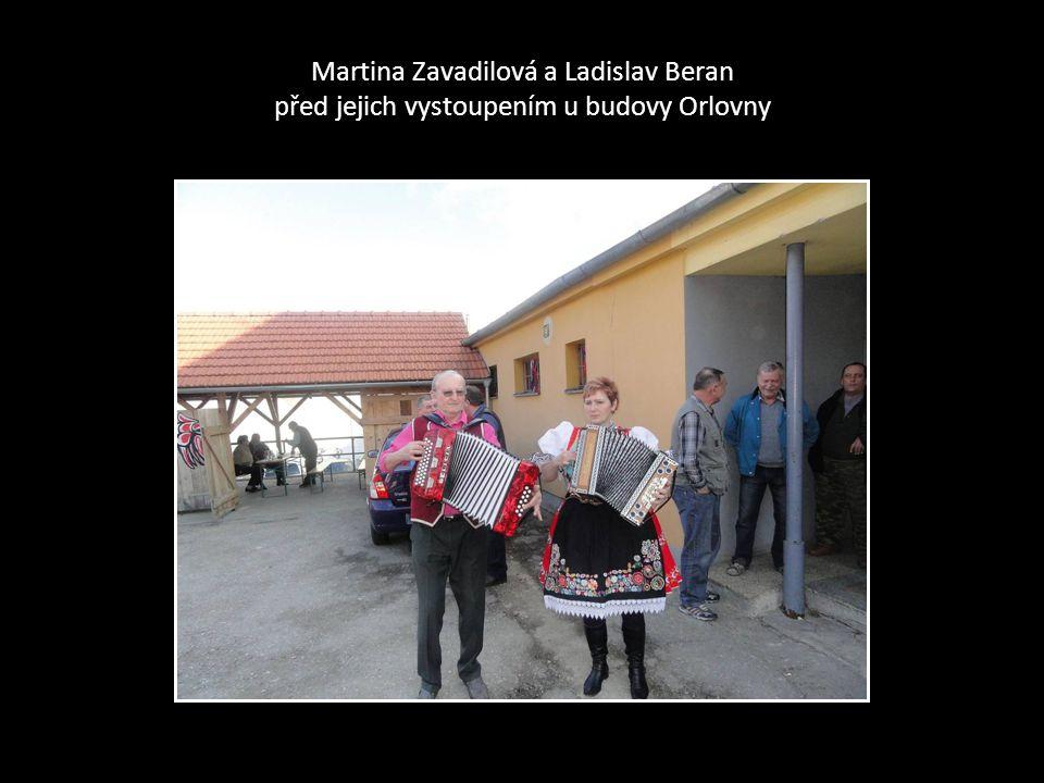 Jar. Zbranek a Izabela před jejich vystoupením u budovy Orlovny