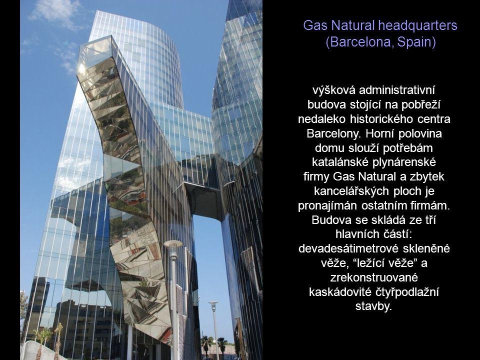 Upside Down House (Szymbark, Poland) Stavba není zajímavá pouze vnější obrácenou konstrukcí, ale především kompletně obráceným interiérem, který je pr