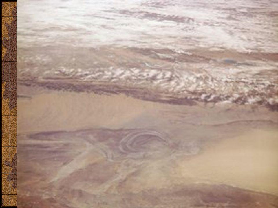 Půdy od tropických po arktické půdní pásma v severní a západní části kontinentu jinde zonalitu narušují vysoká pohoří Sever (Sibiř, Kazachstán, Mongolsko) výrazná zonalita tundrové půdy podzolové půdy šedé lesní půdy černozemě hnědé lesní půdy