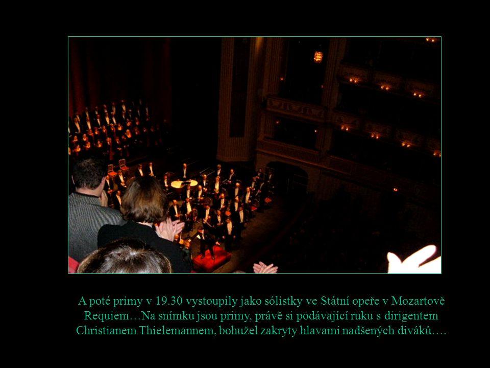A poté primy v 19.30 vystoupily jako sólistky ve Státní opeře v Mozartově Requiem…Na snímku jsou primy, právě si podávající ruku s dirigentem Christianem Thielemannem, bohužel zakryty hlavami nadšených diváků….