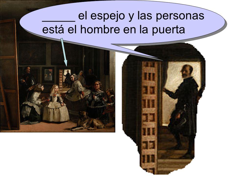 _____ el espejo y las personas está el hombre en la puerta