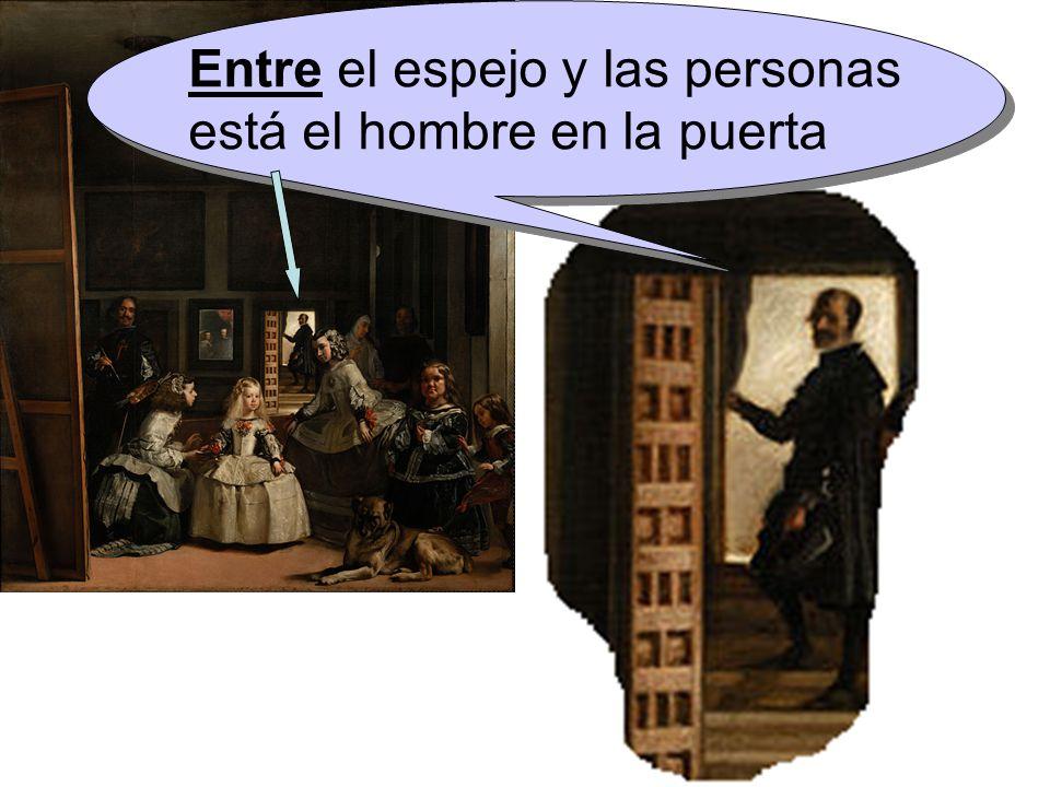 Entre el espejo y las personas está el hombre en la puerta