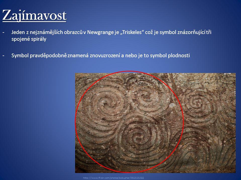 """Zajímavost -Jeden z nejznámějších obrazců v Newgrange je """"Triskeles což je symbol znázorňující tři spojené spirály -Symbol pravděpodobně znamená znovuzrození a nebo je to symbol plodnosti Neolithic Art at Newgrange http:///www.flickr.com/photos/bobusher/3513131022"""