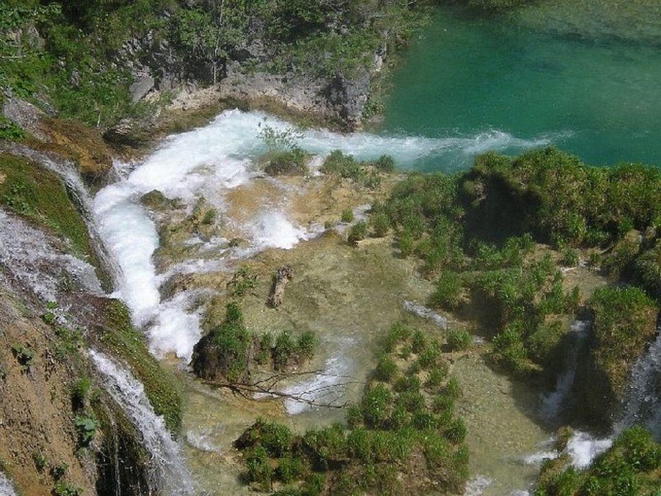 Plitvická jezera byla prohlášena národním parkem a patří mezi nejkrásnější přírodní dědictví Evropy. Plitvice tvoří krásná hornatá krajina plná lesů,