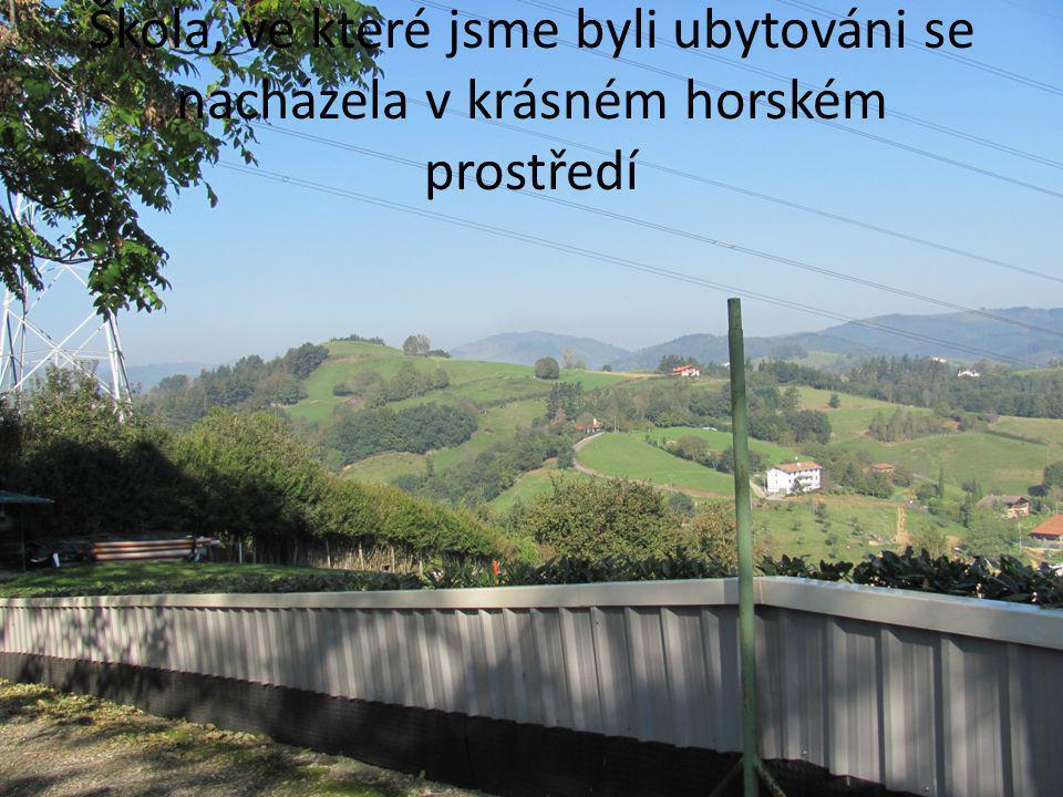 Škola, ve které jsme byli ubytováni se nacházela v krásném horském prostředí