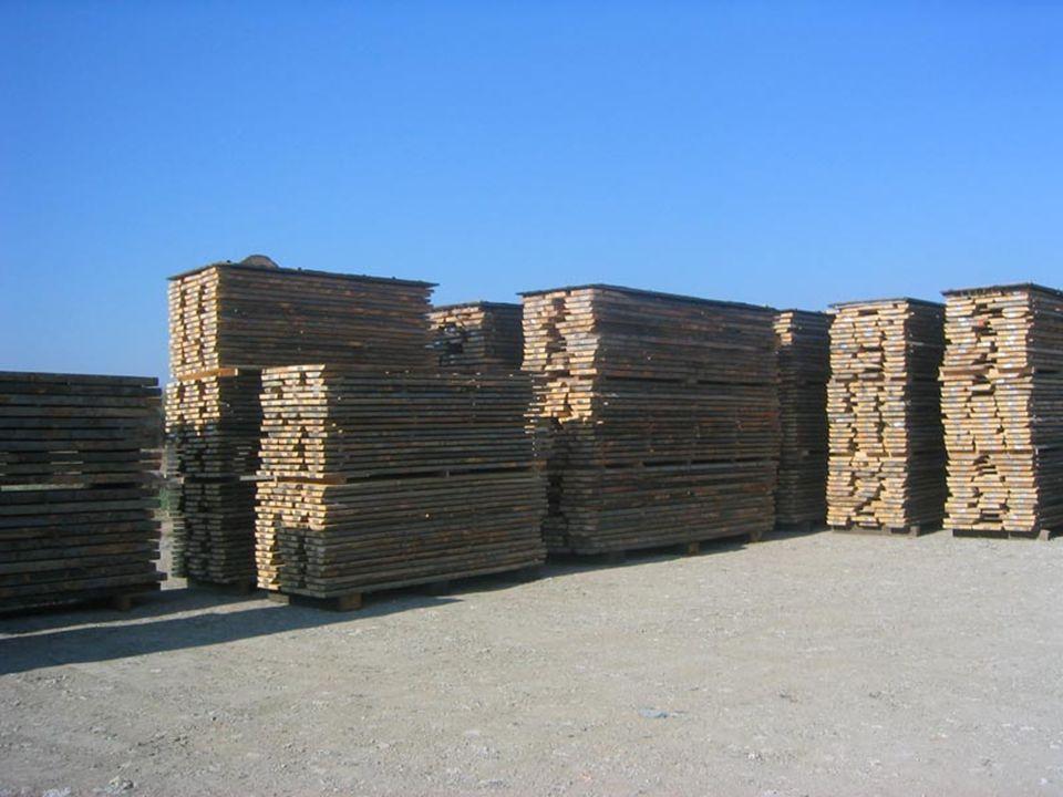 Základ hráně tvoří nejčastěji : betonové podstavce vysoké cca 40 cm uložené od sebe na délku hráně ve vzdálenostech : 100 až 120 cm na podstavcích jsou položeny podklady což jsou dřevěné hranoly 10 x 10 cm