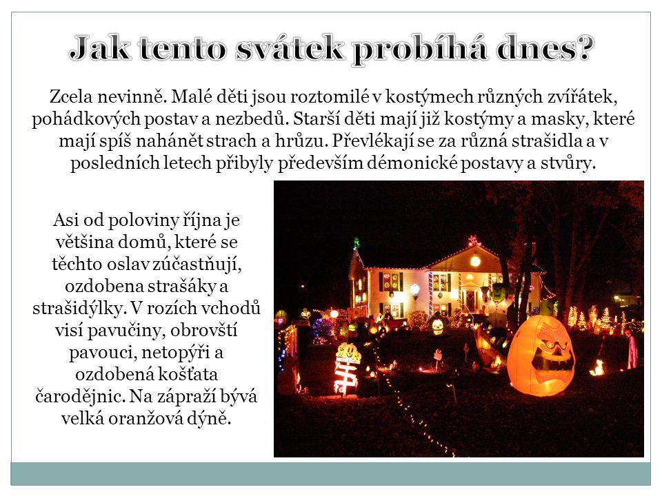 Asi od poloviny října je většina domů, které se těchto oslav zúčastňují, ozdobena strašáky a strašidýlky. V rozích vchodů visí pavučiny, obrovští pavo