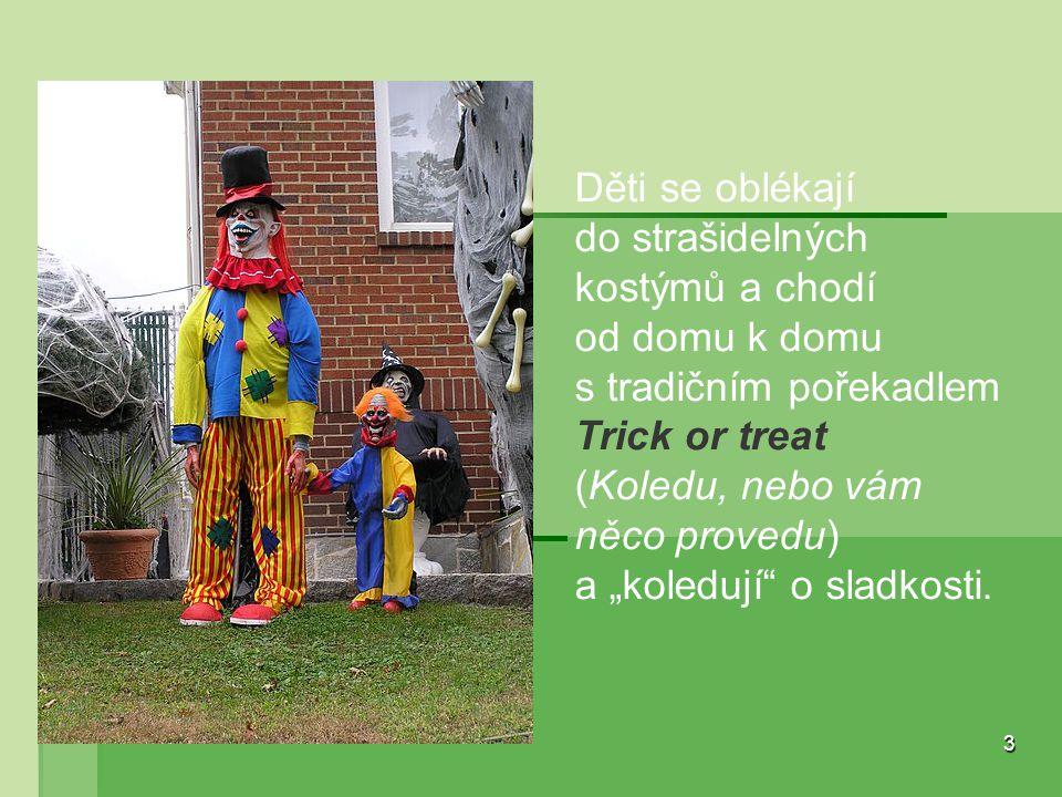 """3 Děti se oblékají do strašidelných kostýmů a chodí od domu k domu s tradičním pořekadlem Trick or treat (Koledu, nebo vám něco provedu) a """"koledují"""""""