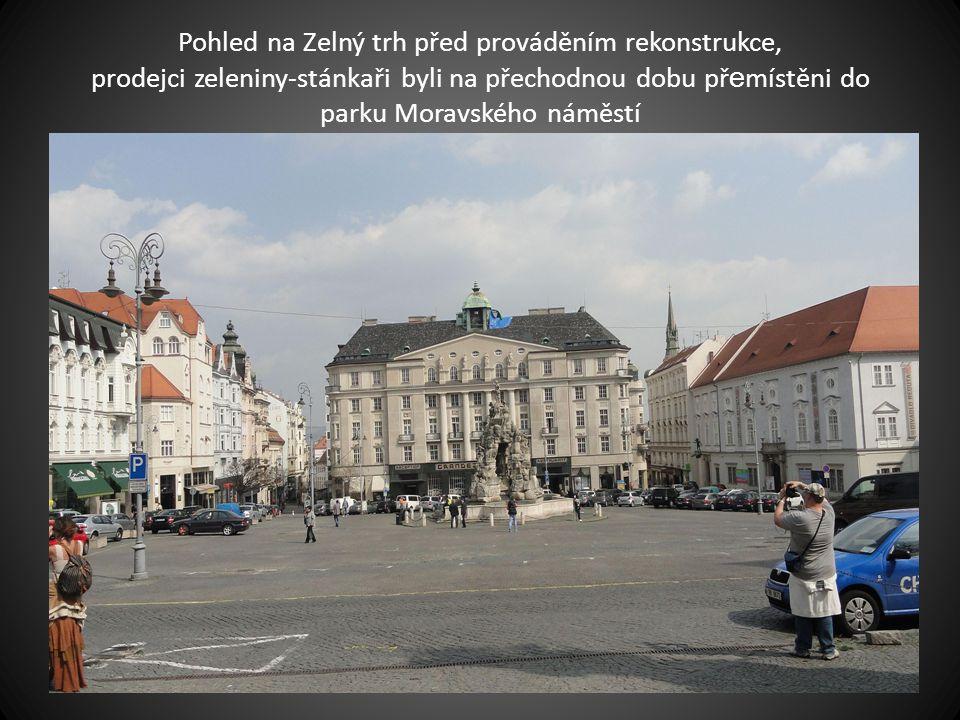 Pohled na Zelný trh před prováděním rekonstrukce, prodejci zeleniny-stánkaři byli na přechodnou dobu př e místěni do parku Moravského náměstí