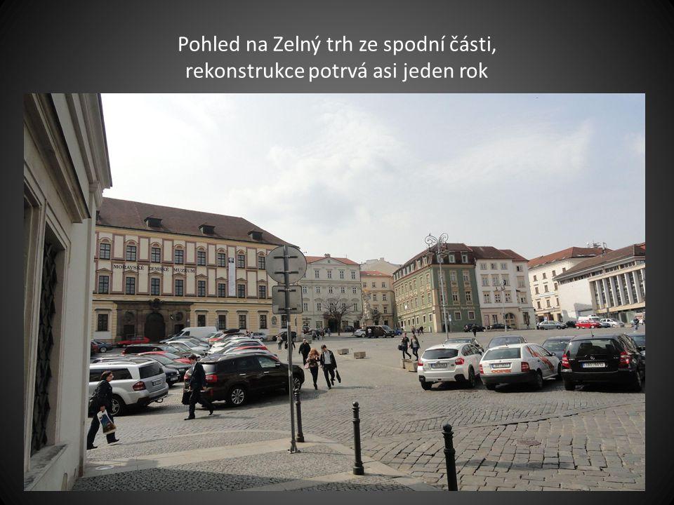 Vpravo pohled na tři výškové budovy na ulici Šumavská snímek pořízen optikou RYBÍ OKO