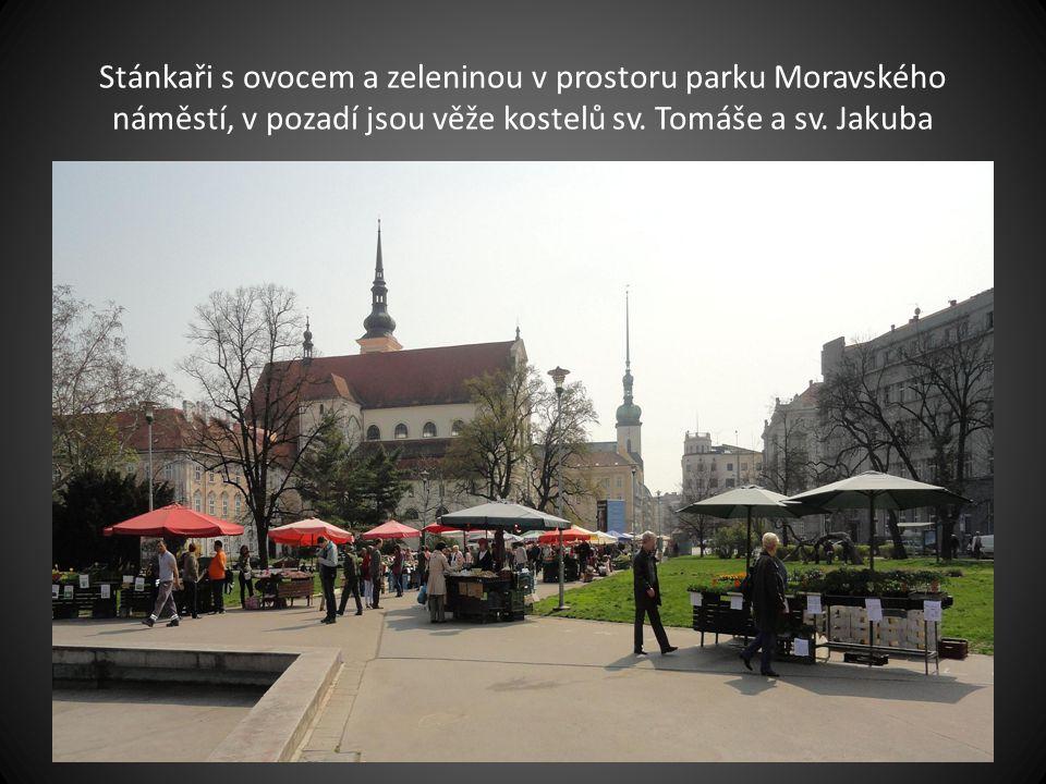 Pohled na park na Moravském náměstí a stánkaře-prodejce zeleniny – v pozadí kostel sv. Tomáše