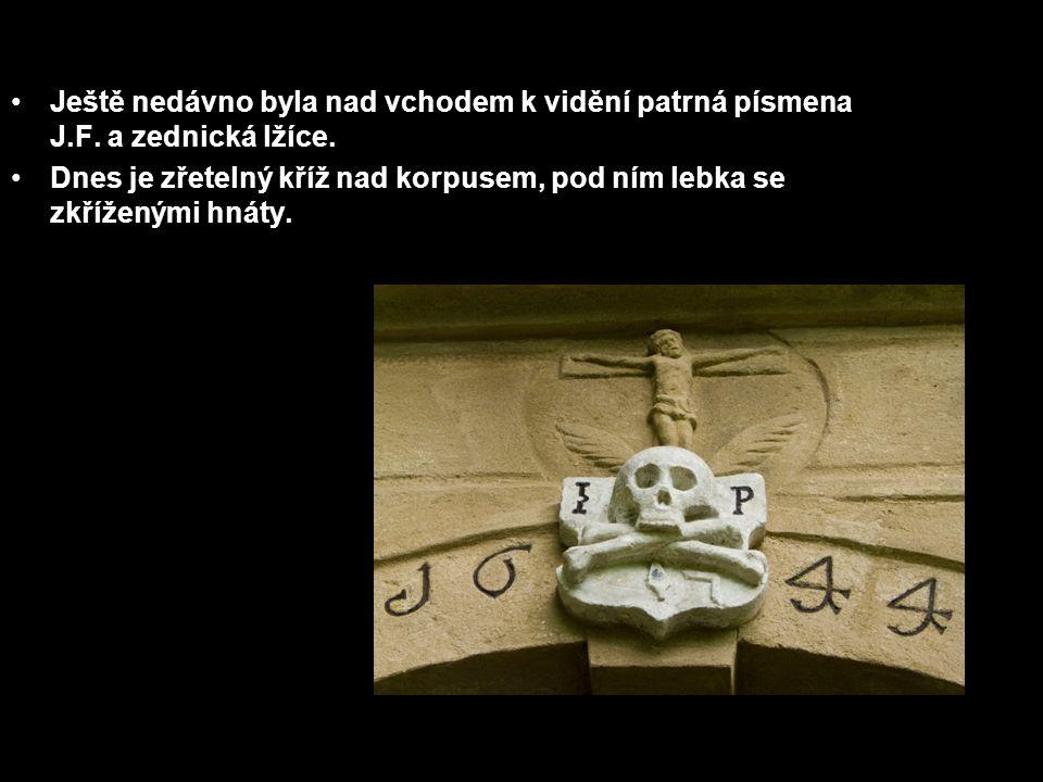 Ještě nedávno byla nad vchodem k vidění patrná písmena J.F. a zednická lžíce. Dnes je zřetelný kříž nad korpusem, pod ním lebka se zkříženými hnáty.