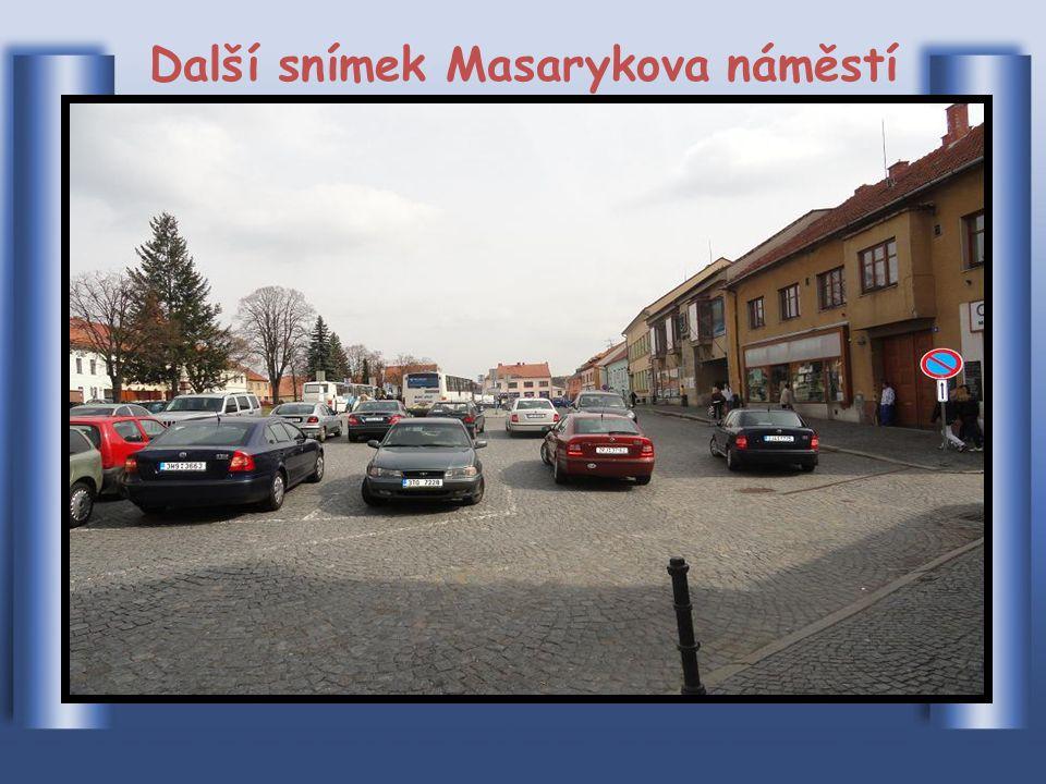 Část náměstí je používána k parkování