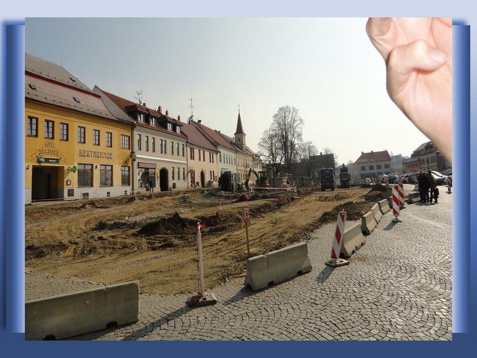Další pohled na stavební úpravy náměstí, vlevo je Radnice s věží