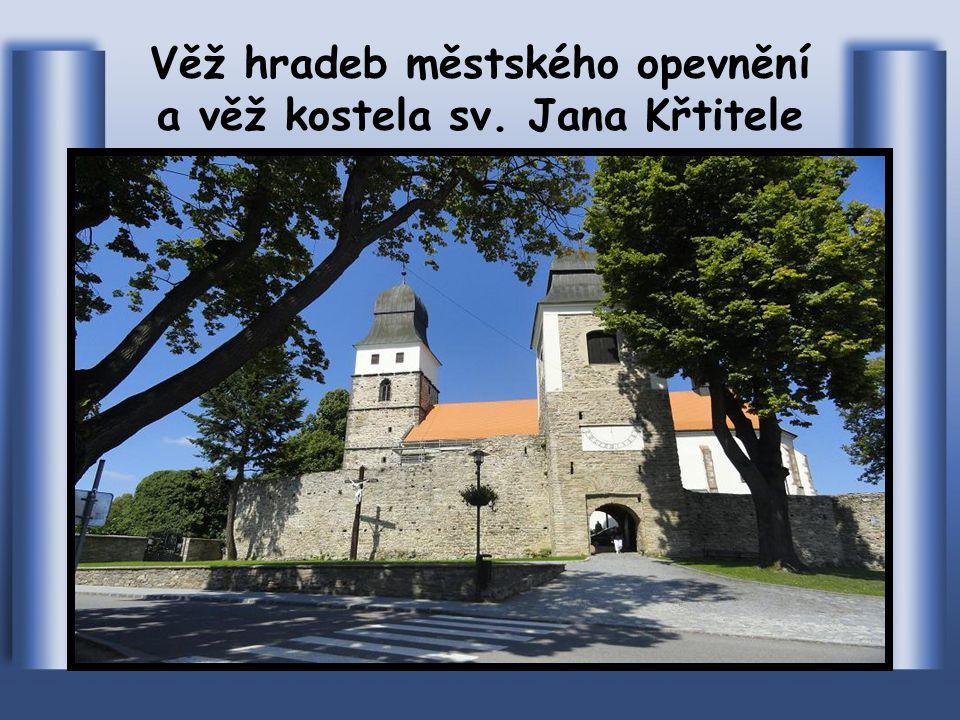 Pohled z konce Masarykova náměstí na věž a kostel sv. Jana Křtitele