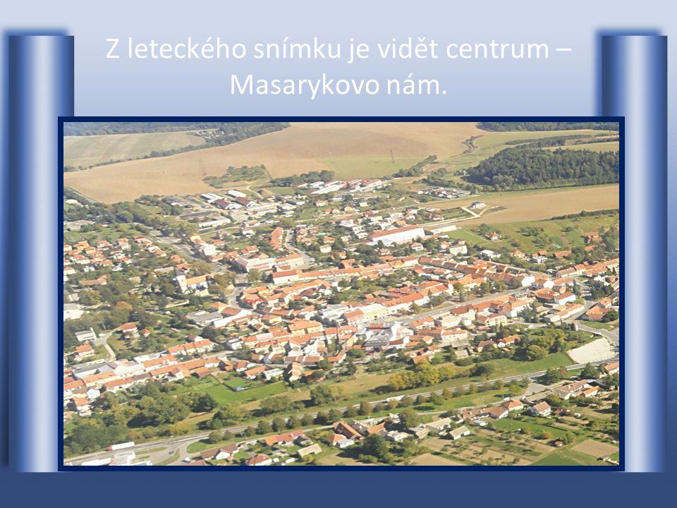 Náměstí v celé své šířce a délce Masarykovo náměstí-vlevo je RADNICE
