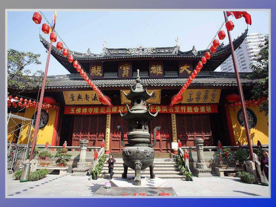 Je to buddhistický chrám, který byl postaven v roce 1889 a jsou v něm dvě známé sochy Buddhy z jadeitu.