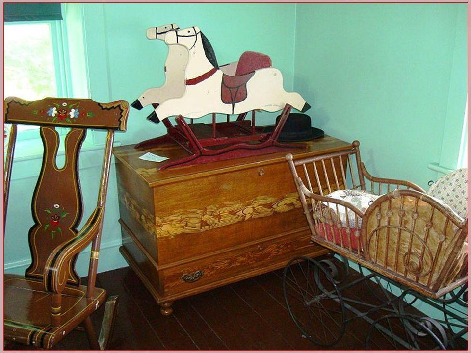 Amish bydlí ve strohých a útulných domech, bez moderního komfortu, kde není tekoucí voda, ani elektřina, protože jejich náboženství to zakazuje.Přesto