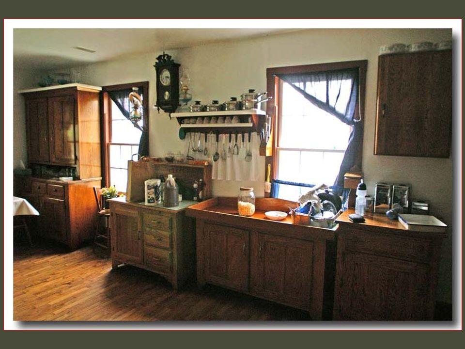 Interiéry domů jsou velmi barevné a často pokryty kůží z ovcí nebo z ručně utkaných látek a koberců.