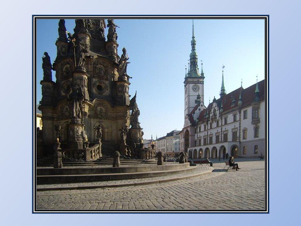 Sloup Nejsvětější Trojice Olomoucký čestný sloup Nejsvětější Trojice je vůbec největším seskupením barokních soch v rámci jedné skulptury ve střední E