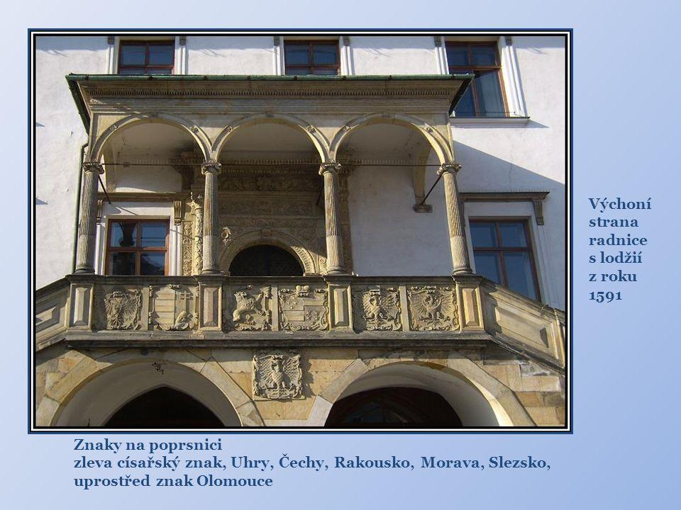 """Radnice pozdně gotický arkýř kaple sv. Jeronýma Dole: """"Žebravý mnich"""",údajně mistr kameník, který natahuje ruku, aby mu radní zaplatili honorář"""