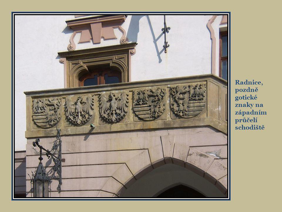 Znaky na poprsnici zleva císařský znak, Uhry, Čechy, Rakousko, Morava, Slezsko, uprostřed znak Olomouce Výchoní strana radnice s lodžií z roku 1591