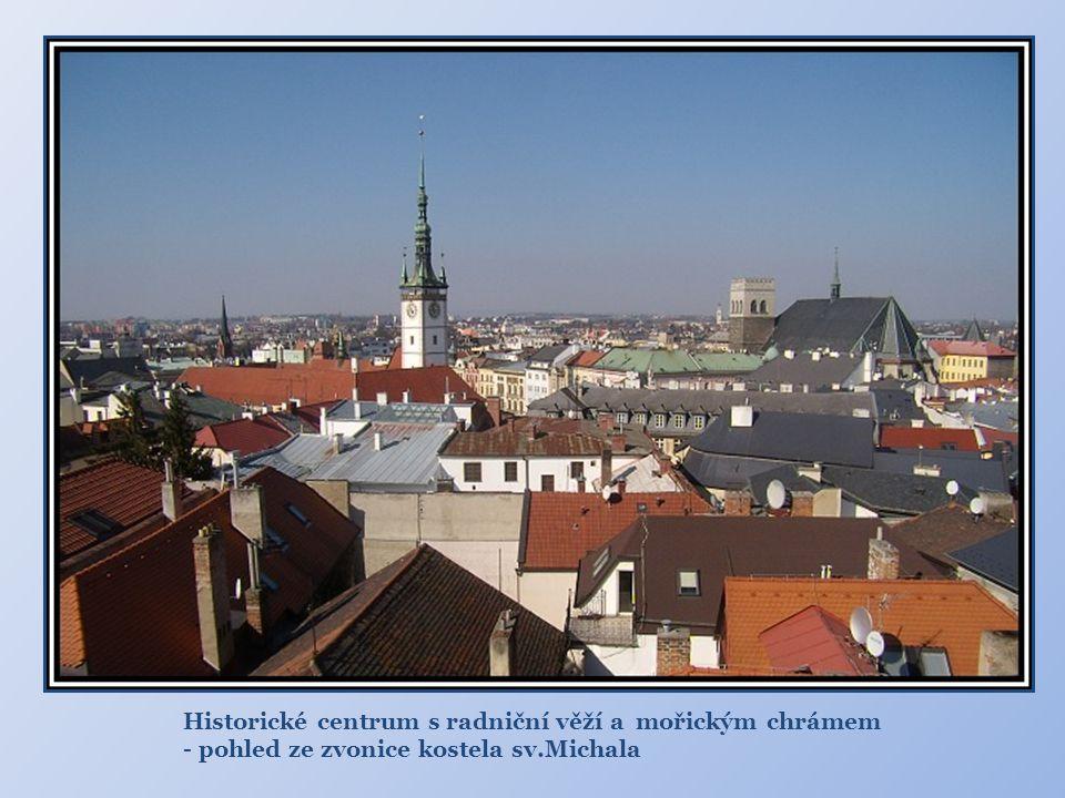 Historické centrum s radniční věží a mořickým chrámem - pohled ze zvonice kostela sv.Michala