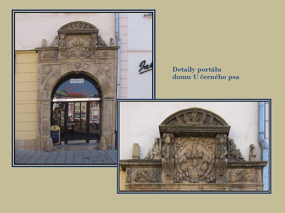 Detaily portálu domu U černého psa
