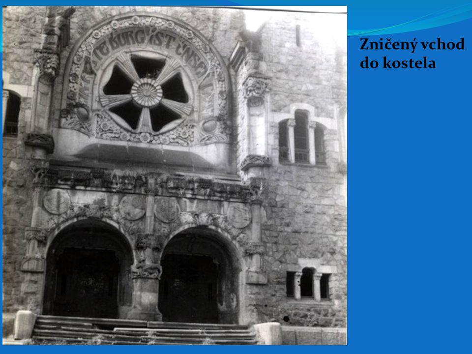 Zničený vchod do kostela