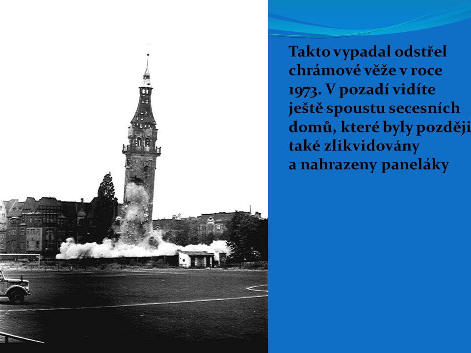 Takto vypadal odstřel chrámové věže v roce 1973. V pozadí vidíte ještě spoustu secesních domů, které byly později také zlikvidovány a nahrazeny panelá