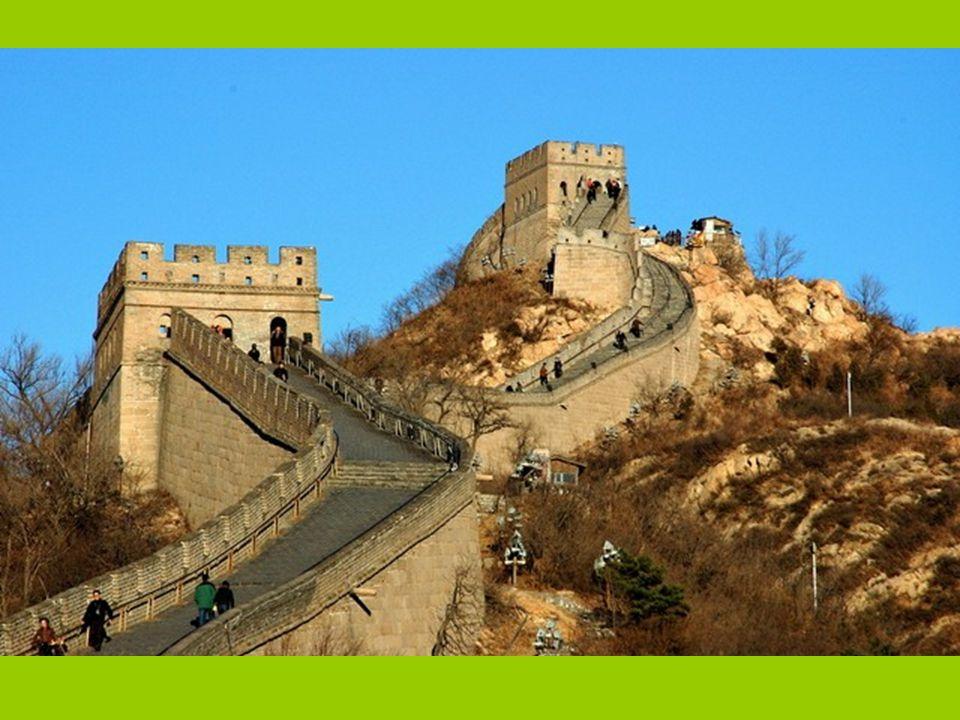 …je starý systém opevnění táhnoucí se napříč severní Čínou.