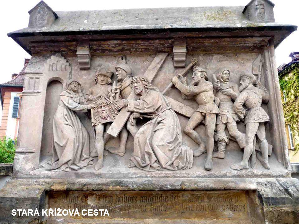 NA VRCHU KAULBERG SE TYČÍ OBERE PFARRE - CHRÁM P.MARIE Z R.1320