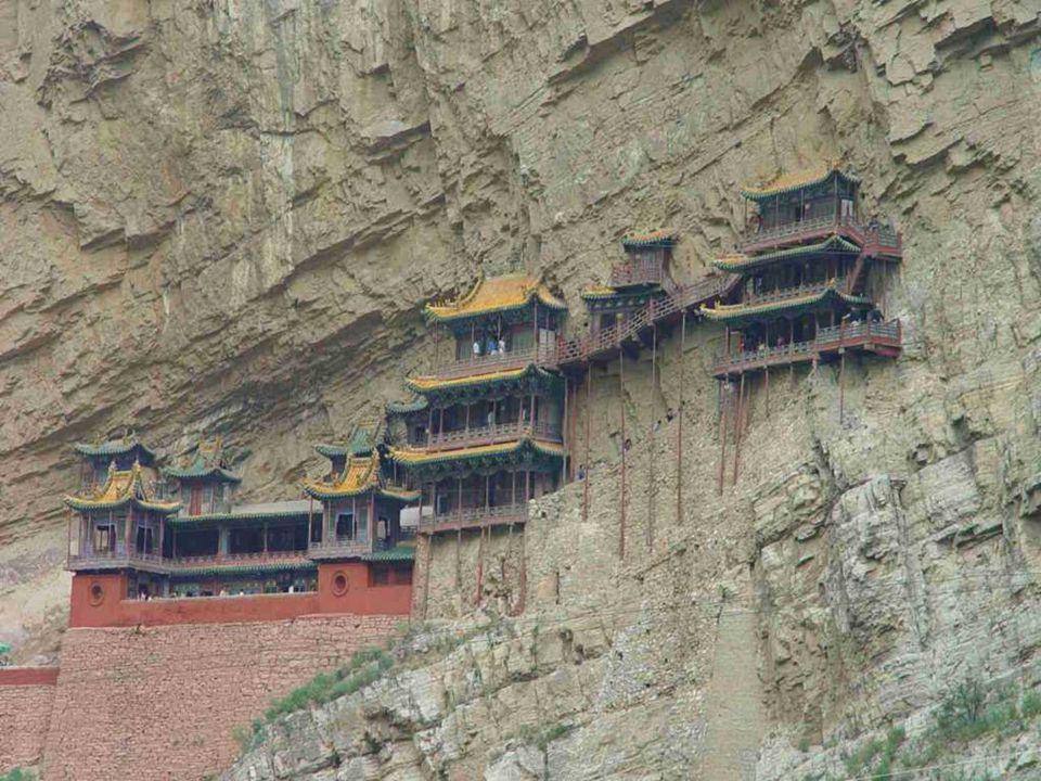 Velkou atrakcí Hangingského kláštera je skutečnost, že spojuje buddhismus, taoismus a konfucionismus. Uvnitř kláštera jsou sochy Sakyamuni, Konfucius